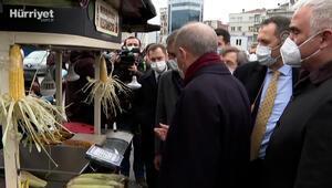 Cumhurbaşkanı Erdoğan, kestane ve mısır satın alıp vatandaşlara ikram etti