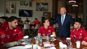 TFF Başkanı Özdemirden Milli Takıma ziyaret İrfan Can ve Taylan Antalyalı detayı...