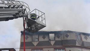 Bacadan çıkan yangında çatısı çöken ev kullanılmaz hale geldi