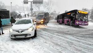 İstanbulda kar yağışı etkili oldu, araçlar yolda kaldı