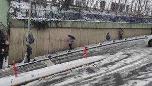 Kağıthanede karlı yollarda düşmemek için büyük çaba gösterdiler
