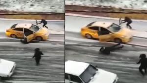 Taksiyi kapısını tutarak durdurmaya çalıştı, yolcu son anda kurtuldu