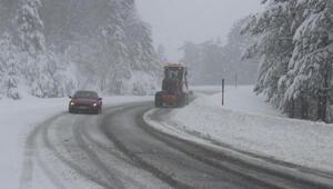 Domaniç'te kar yağışı ulaşımı aksattı