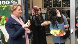 Bakan Giffey Türk mahallesinde ilk kez çiğ köftenin tadına baktı: Ooooo çok acıymış