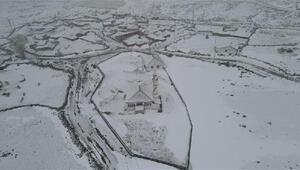Karsta köylüler, kar yağışını türkülerle karşıladı