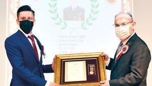 Gazi Emre Işık'a Devlet Övünç Madalyası