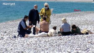 Sahildeki turiste pasaport kontrolü