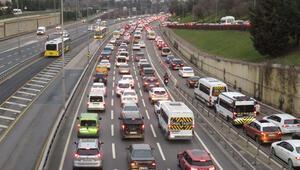 Sokağa çıkma kısıtlamasının ardından 15 Temmuz Şehitler Köprüsünde trafik yoğunluğu