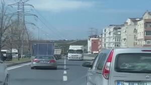 Sultangazide ters yönde geri giderek trafiği tehlikeye atan TIR sürücüsü yakalandı