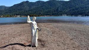 Kızkumunun prenses heykeli kopan eline kavuşuyor