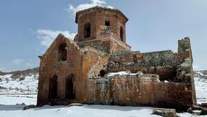 Tarihi kilisede pes dedirten olay