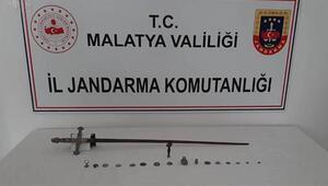 Malatyada tarihi eser olduğu değerlendirilen kılıç, sikke, heykel ve mühür ele geçirildi