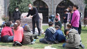 Diyarbakırda tarihi mekanlarda simit satıyordu, arkeolog oldu