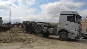 Arnavutköyde hafriyat kamyonunun dorsesi yola devrildi