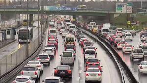 Kısıtlamanın sona ermesinin ardından sağanak yağışın etkisiyle trafik yoğunluğu arttı
