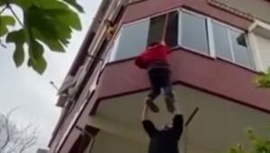 Anahtarı evde unuttu, komşuları halatla balkondan içeri böyle sarkıttı