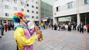 Talasta maskot bando çocuklara moral verdi