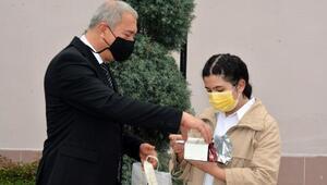 Polis konulu şiir yarışmasında dereceye giren öğrencilere ödül