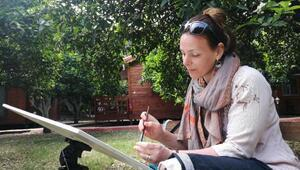 Rus turist, baharı Çıralıda resmediyor