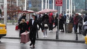 Taksimde sulu kar yağışı