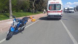 Yaralı motosiklet sürücüsüne ilk müdahaleyi çarptığı ambulansın personeli yaptı