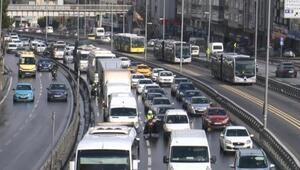 İstanbulda sokağa çıkma kısıtlaması öncesi trafik yoğunluğu