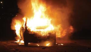 İrlandada tansiyon yükseldi Aracı ateşe verdiler