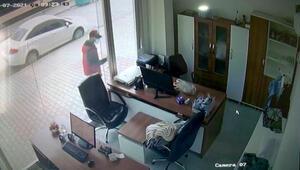 Bahçelievlerde iş yerinden telefon hırsızlığı kamerada