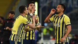 Fenerbahçeli futbolcular İrfan Can, Ozan Tufan ve Mert Hakandan kahveli sevinç