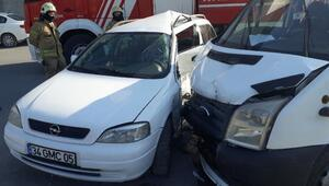 Esenyurtta minibüsle otomobil çarpıştı: 8 yaralı