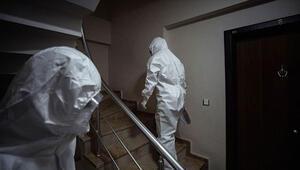 Kapı kapı dolaşarak koronavirüsün izini sürüyorlar | Beyaz tulumlu kahramanlar anlatıyor
