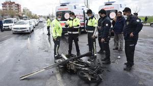 Son Dakika: Kamyonun çarptığı motosikletteki 3 kişi yaralandı