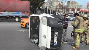 Esenyurtta elektrik direğine çarpan araç takla attı
