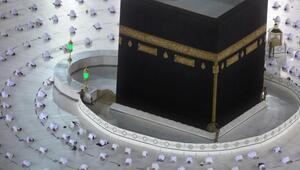 Son dakika haberler... Koronavirüs gölgesinde Ramazan: Kabede ilk teravih namazı böyle kılındı