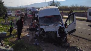 Malatyada minibüs bariyerlere çarptı Yaralılar var
