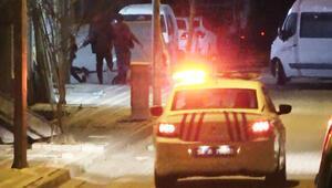 Sultangazide kanlı gece... Boynundan bıçaklandı, markete sığındı Polisi görünce böyle kaçtılar
