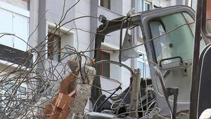 Avcılarda yıkım sırasında beton blok iş makinesinin üzerine devrildi