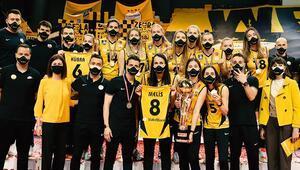 Misli.com Sultanlar Ligi şampiyonu VakıfBank kupasını aldı