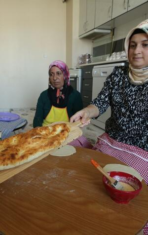 Annesinin zor şartlarda ekmek yapmasından etkilendi