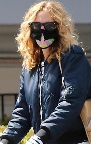 Herkes maskesine baktı