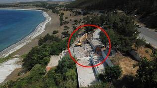 Salda Gölü kıyısındaki bir kaçak yapı daha yıkılıyor