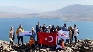 Öğrenciler en yüksek göle tırmandı