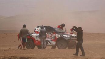 Ünlü hocaya Dakar Rallisi'nde büyük şok! Kaza yaptı ve...