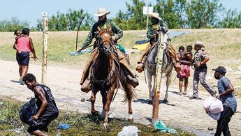 Mültecilere atlı, kırbaçlı müdahale