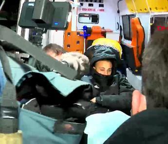 Cenk Tosun ambulansla stattan ayrıldı