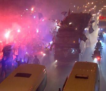 Şampiyon Adana Demirspor, gece şehir turu attı