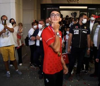 İstanbul'da Mete Gazoz çılgınlığı! Yurda döndü, böyle karşılandı