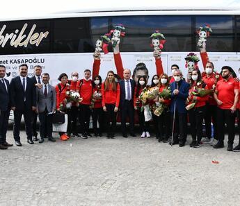 Tokyo'da tarih yazan Golbol Kadın Milli Takımı, Ankara'da çiçeklerle karşılandı