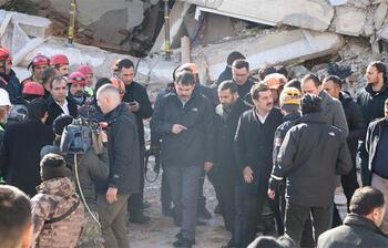 Bakan Kurum'un geçtiği sırada yan yatan bina sallandı