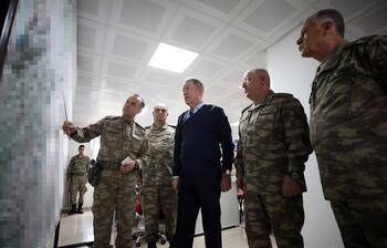 Milli Savunma Bakanı Akar sınırda